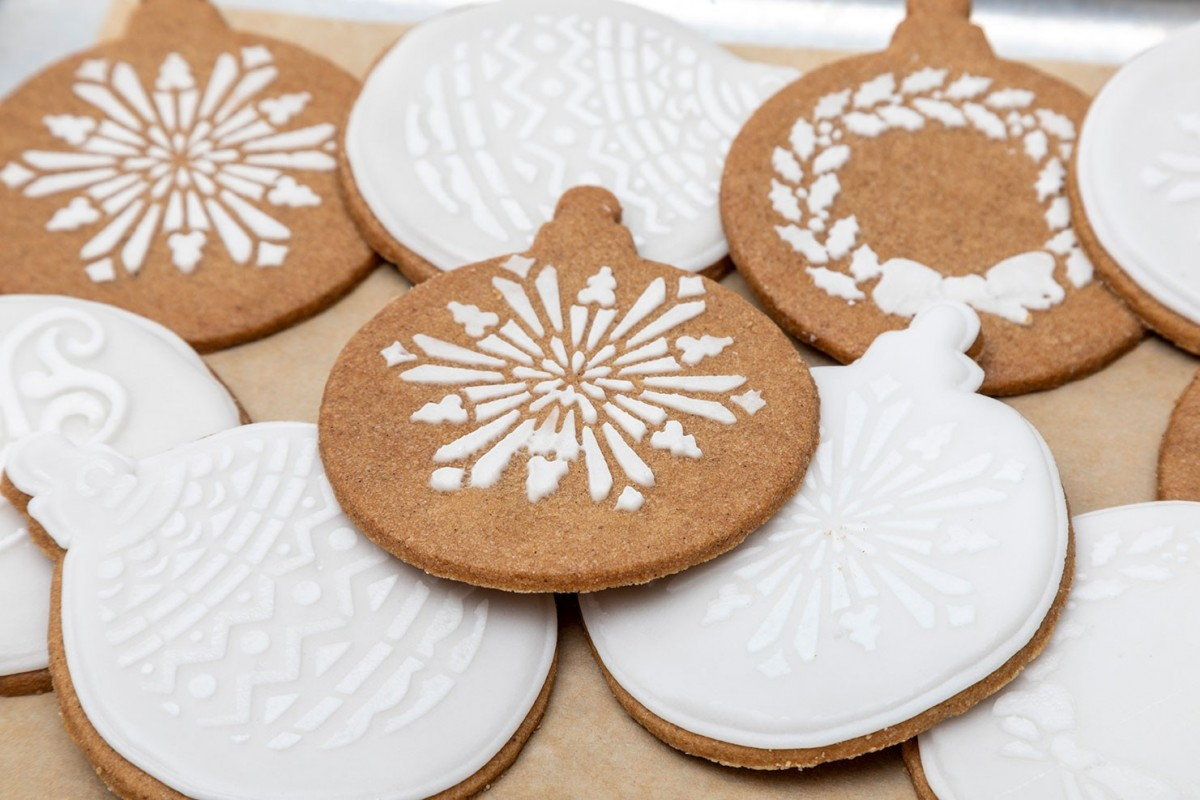 Iced bauble biscuit